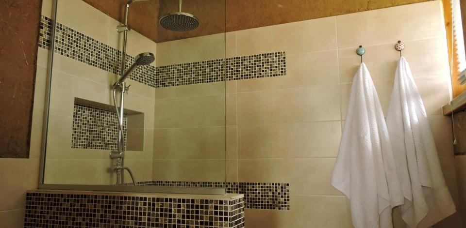 baño con toallas 1920